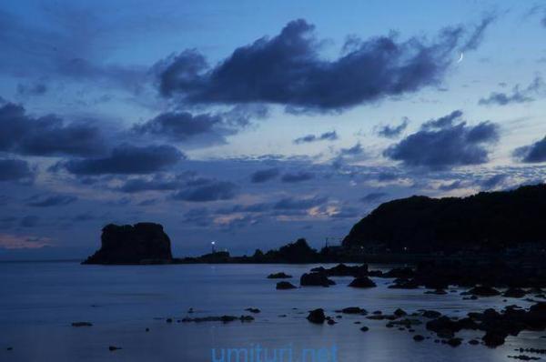 夜になる海