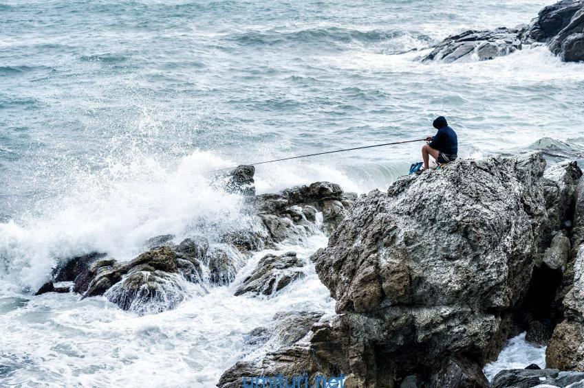 風が強い日の堤防釣りで魚は釣れる?釣り方と強風を凌ぐコツ