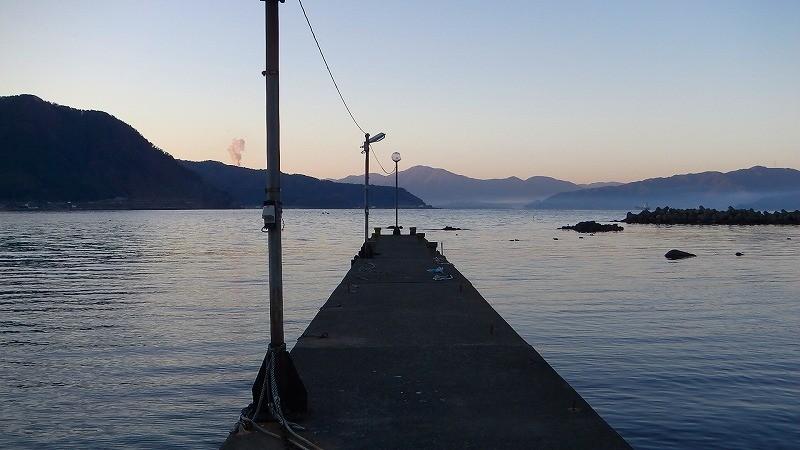 夜釣りでメバルを釣るときは幅広くタナを探って食うポイントを見つける